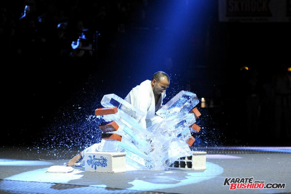 Epreuve spectaculaire de casse de glace par Djema Belkhodja