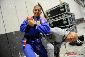 En coulisse, Leticia Ribeiro montre ses prouesses techniques sur d'autres participants
