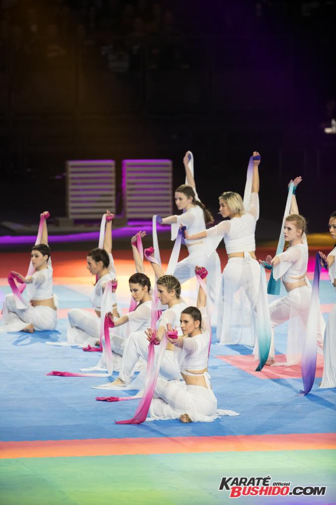 Hélène Tran et son équipe de danse aux foulard chinois