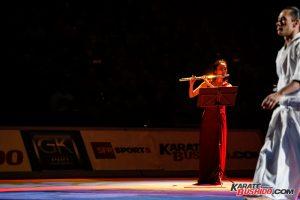La musicienne de l'équipe d'Aïkido Tamaki berce les spectateurs